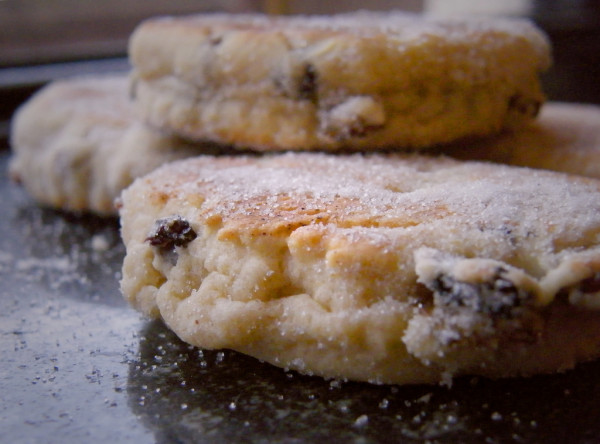 Closeup_of_Welsh_cakes_February_2009-600x444